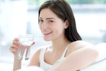 uống nước muối buổi sáng