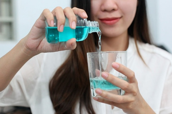 cách dùng nước súc miệng - Dr.Muối