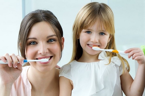 súc miệng nước muối trước hay sau khi đánh răng - Dr.Muối