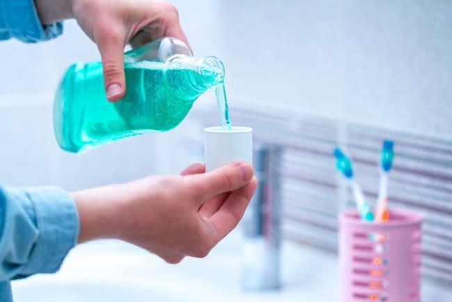 chọn nước súc miệng sát trùng