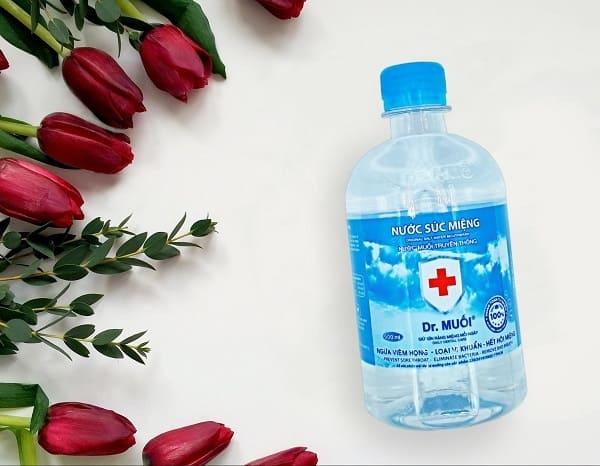 dùng nước muối chữa bệnh hôi miệng