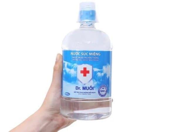 dùng nước muối để chữa hôi miệng