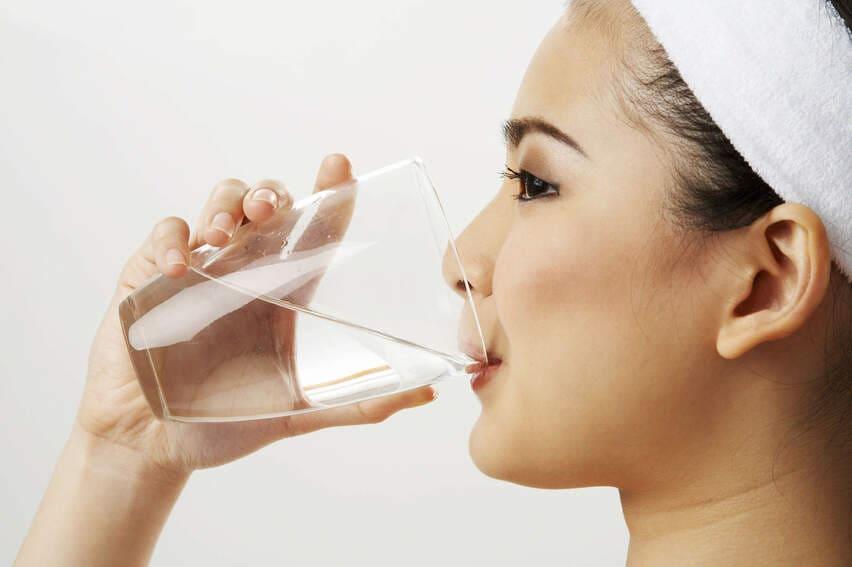 súc miệng nước muối chữa nhiệt miệng