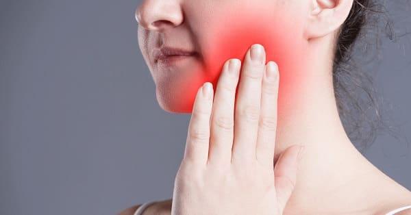tại sao sưng nướu răng bên trong cùng