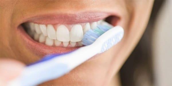 vệ sinh răng miệng bằng bàn chải