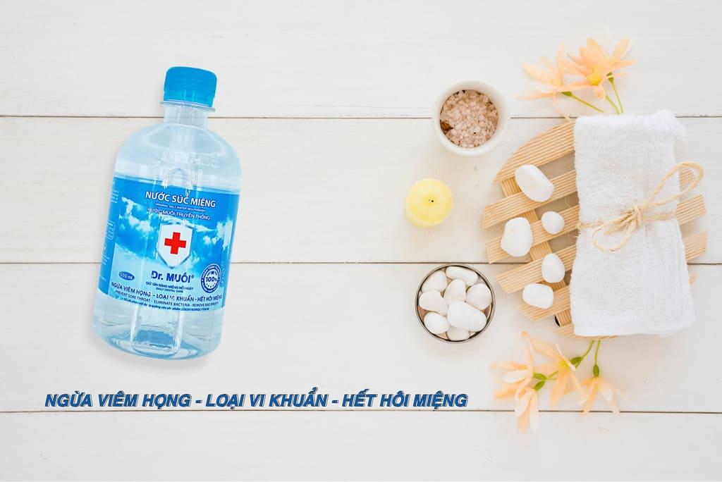 dùng nước muối để tránh bị viêm họng