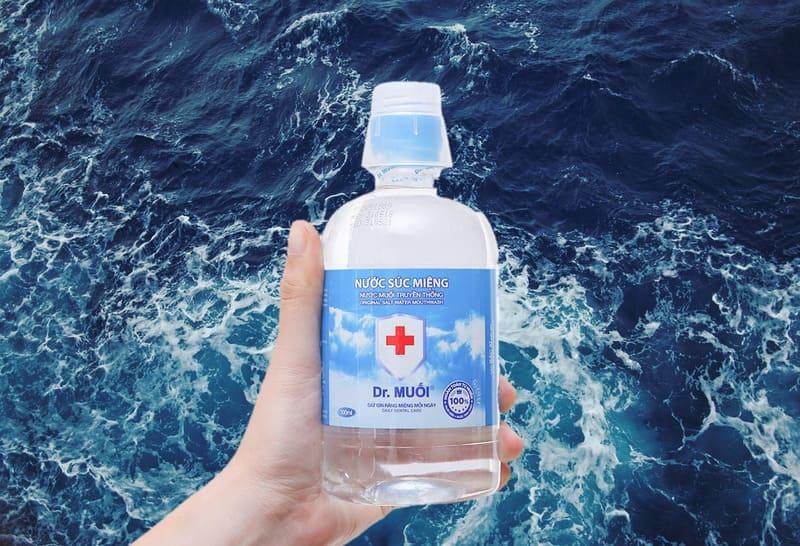 dùng nước muối khi bé bị viêm họng