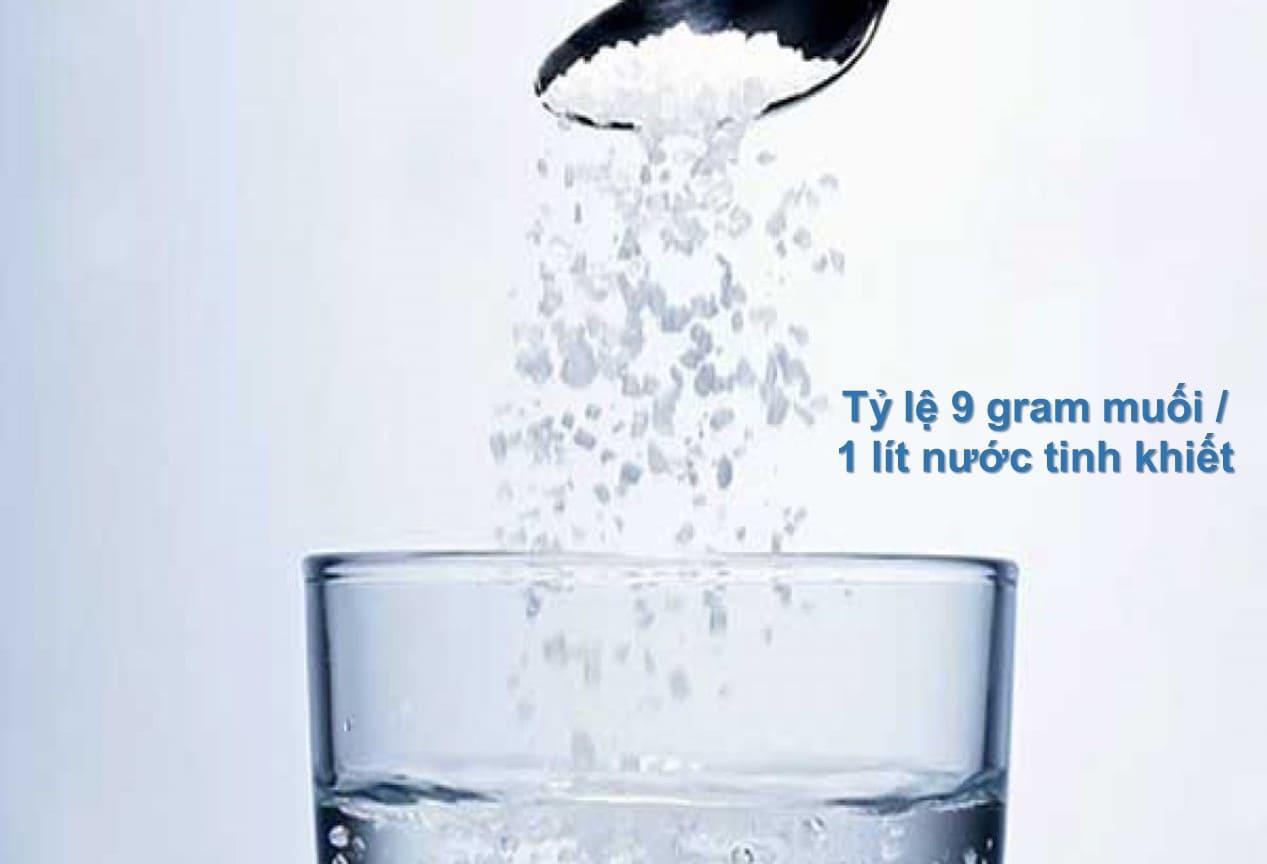 rửa vết thương bằng nước muối pha loãng