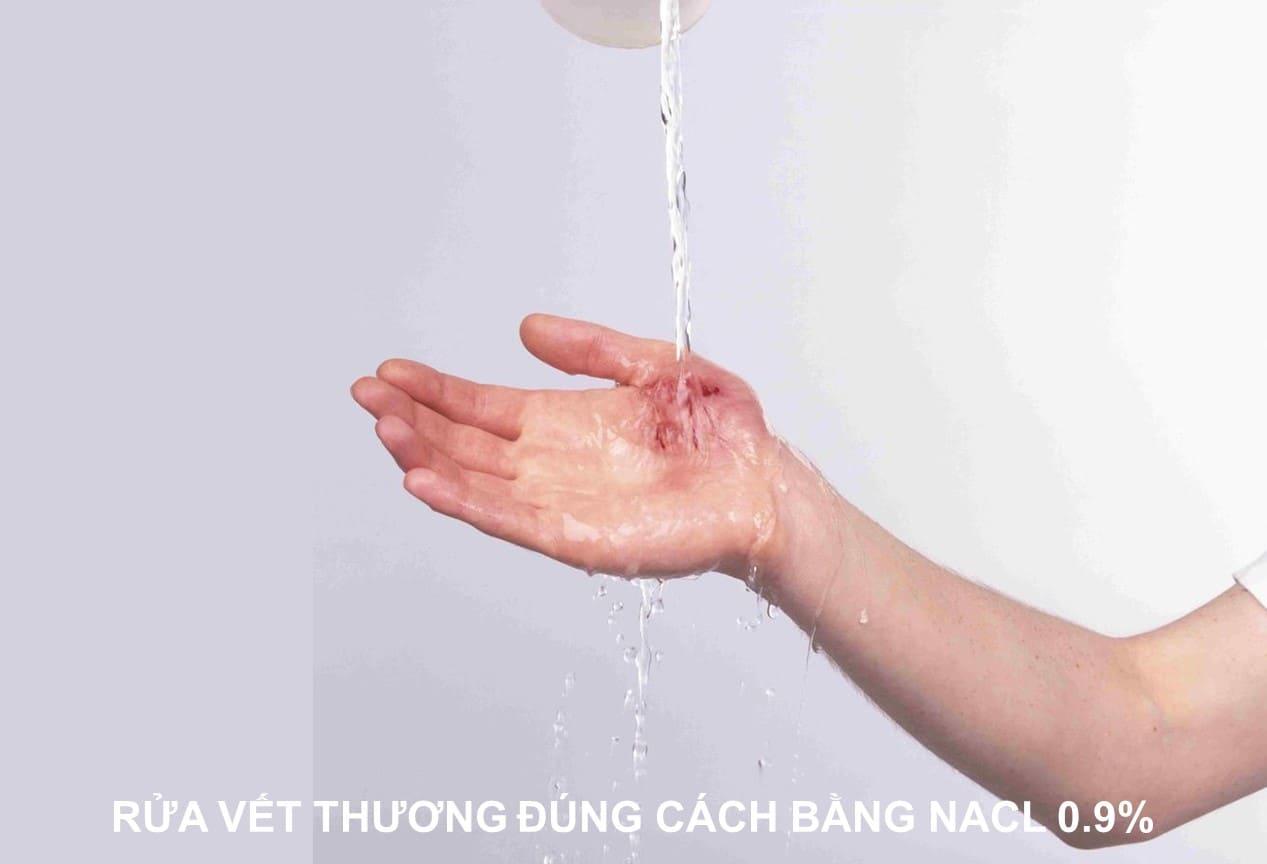 rửa vết thương bằng nước muối tốt không