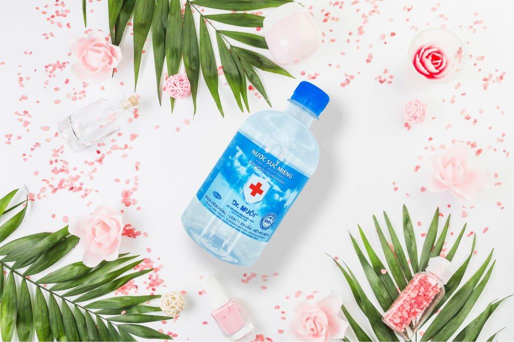 súc nước muối chống đau cổ họng